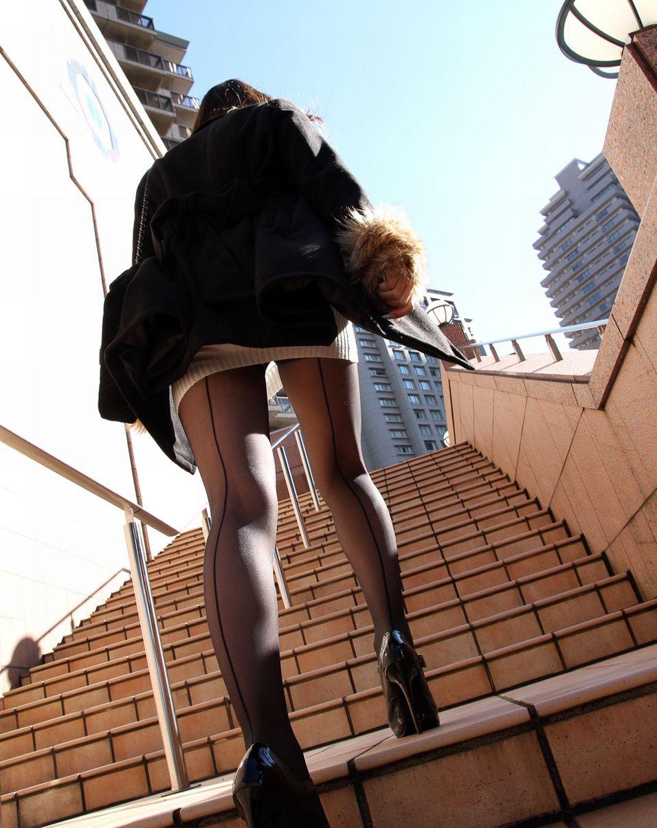 【美脚エロ画像】生脚でなくても十分ですwww大人の女の艶めかしいストッキング美脚  15