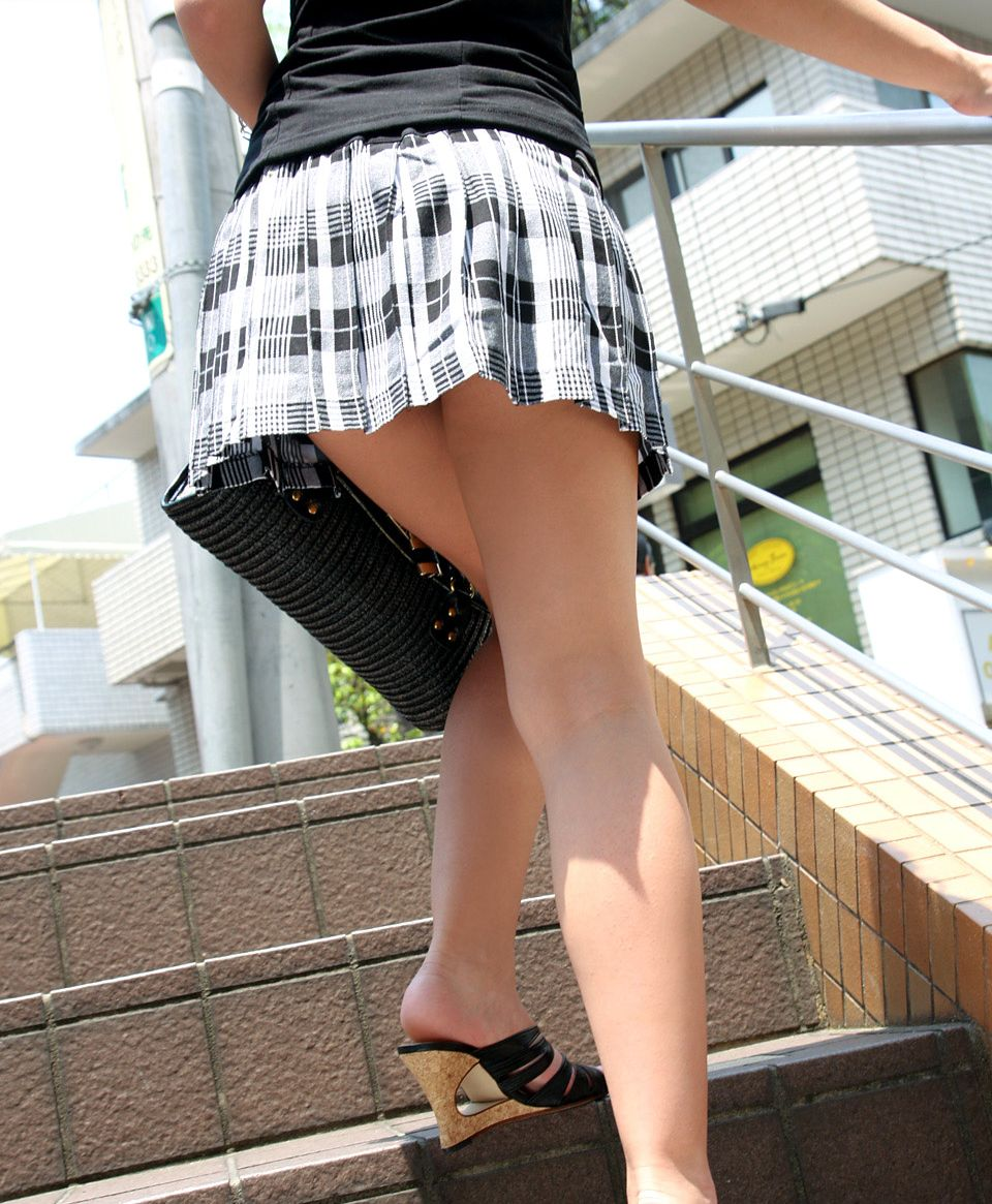 【着衣尻エロ画像】場合によっては下着以上に気になるブツもwww街角ミニスカ着衣尻  19