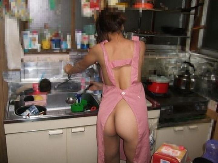 【裸エプロンエロ画像】帰ったら嫁がこんな姿なら火の元確認してから挿れようwww誘惑裸エプロン画像  07