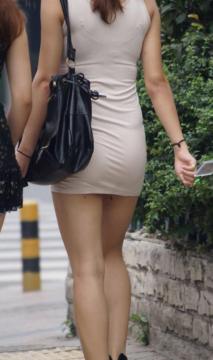 【ミニスカエロ画像】街で見かけたらパンチラの予感を回避できないタイトのミニスカ姿  03