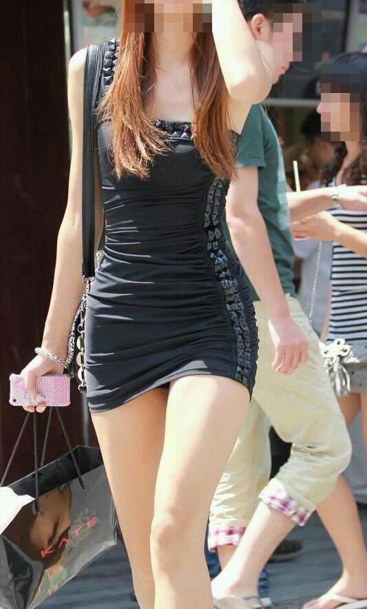 【ミニスカエロ画像】街で見かけたらパンチラの予感を回避できないタイトのミニスカ姿  07