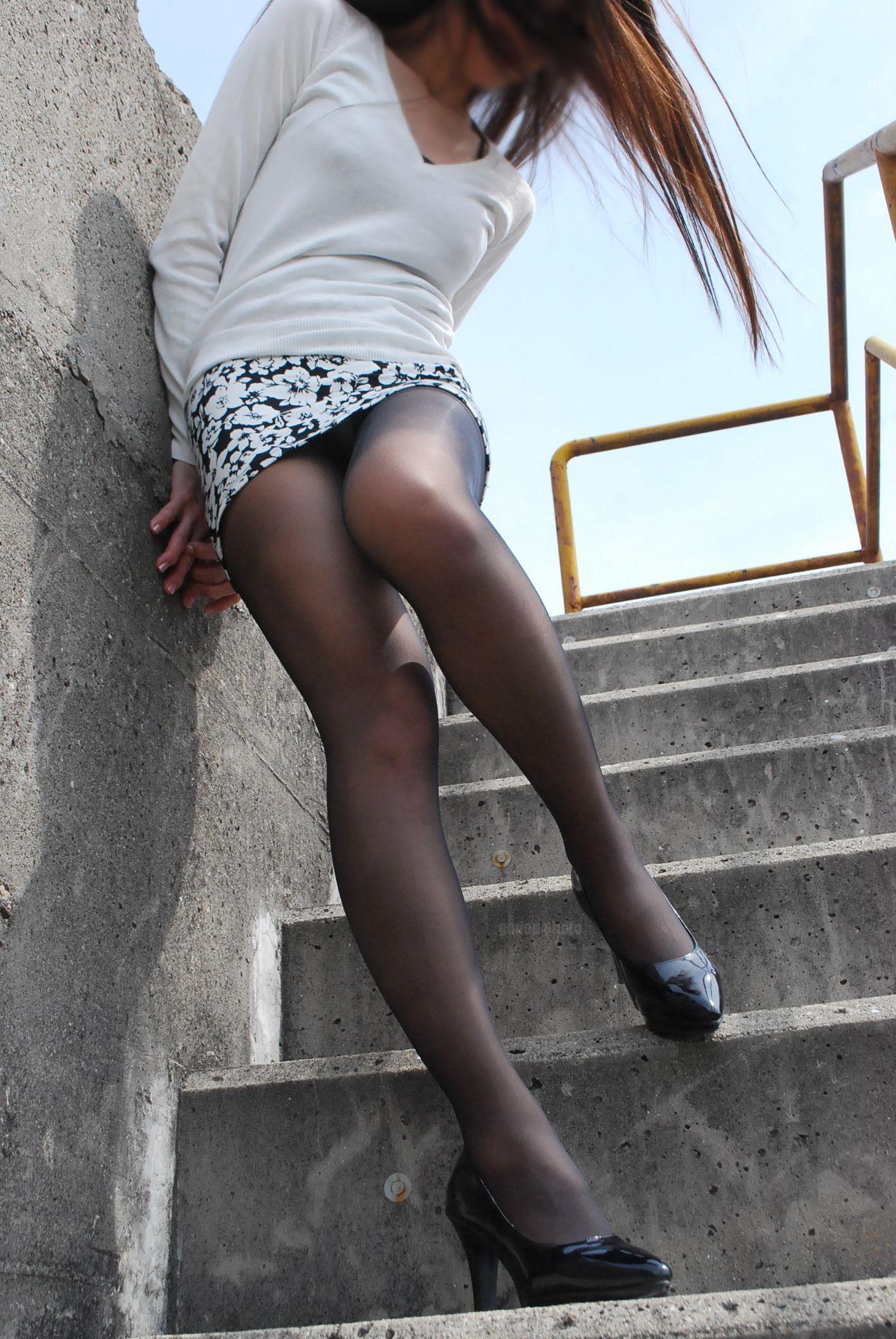 【ミニスカエロ画像】街で見かけたらパンチラの予感を回避できないタイトのミニスカ姿  09