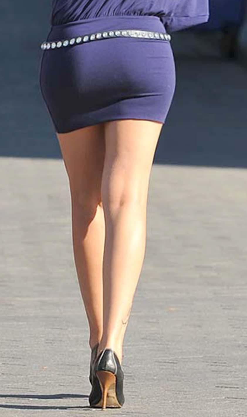 【ミニスカエロ画像】街で見かけたらパンチラの予感を回避できないタイトのミニスカ姿  12