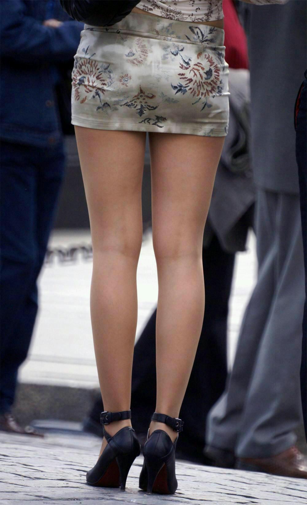 【ミニスカエロ画像】街で見かけたらパンチラの予感を回避できないタイトのミニスカ姿  14