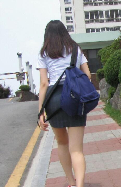 【ミニスカエロ画像】街で見かけたらパンチラの予感を回避できないタイトのミニスカ姿  18