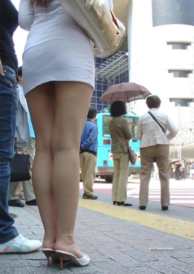 【ミニスカエロ画像】街で見かけたらパンチラの予感を回避できないタイトのミニスカ姿  20