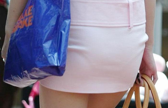 【透け下着エロ画像】パンツ丸見え透け下着、あまり突っ込むと明るい色のボトム履く人が街から消えそうwww  001