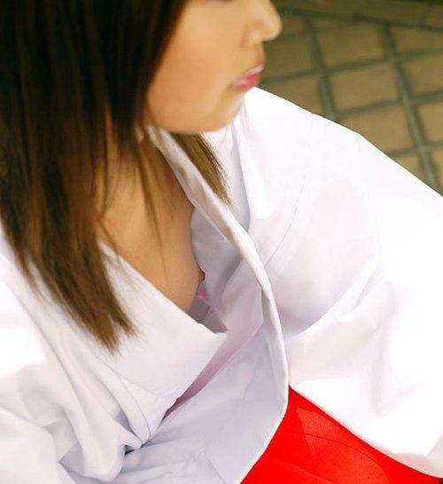 【胸チラエロ画像】真昼間から乳輪どころか乳首が…見られたらその日は強運なレア胸チラ  01