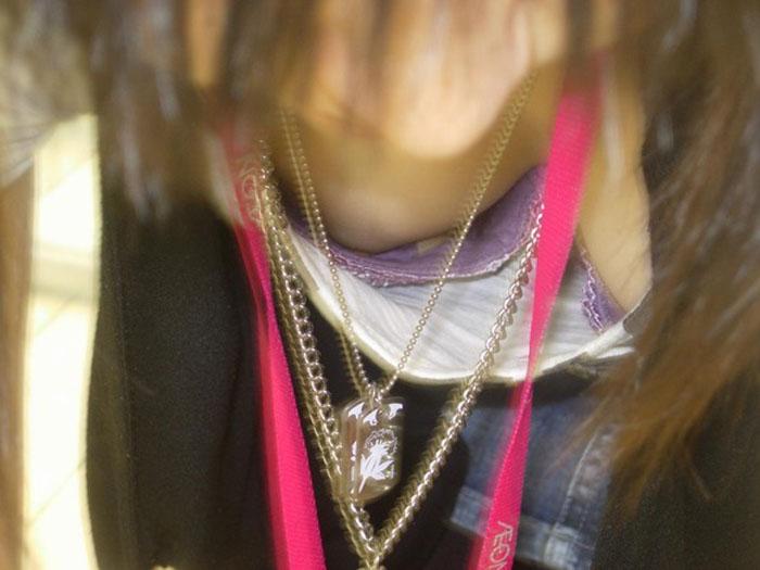【胸チラエロ画像】真昼間から乳輪どころか乳首が…見られたらその日は強運なレア胸チラ  07