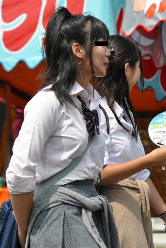 【街撮りJKエロ画像】夏服JKたちの成長中の目立つ胸を未使用か揉まれ済かを見極めんとじっくり観察www  02