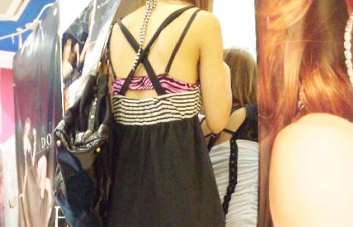 【街撮りエロ画像】自分の彼女が着るのは抵抗あるけど、他の女が過激私服で背中と脚出してるのは無問題www  001