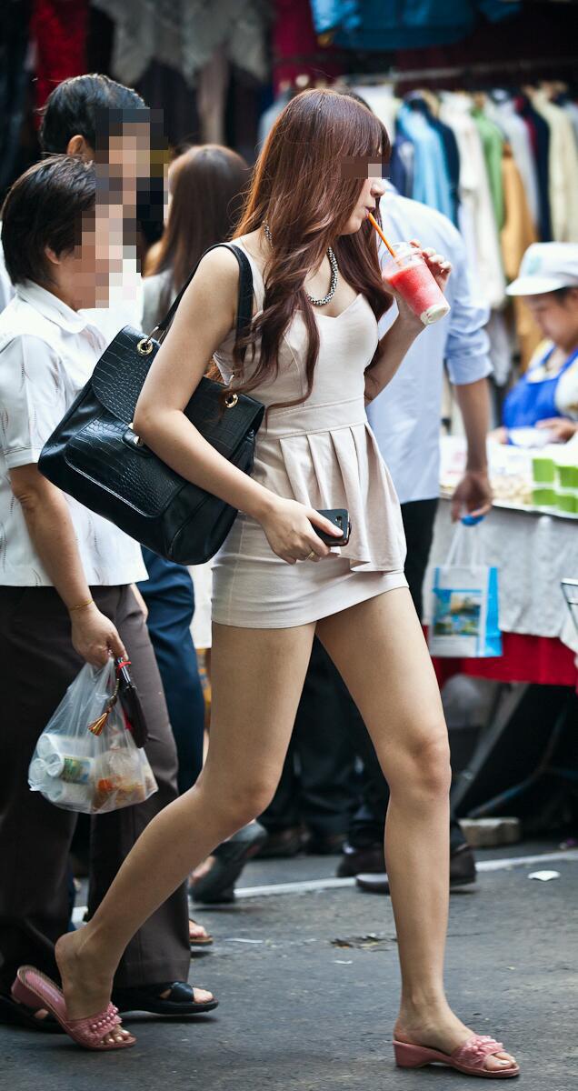 【街撮りエロ画像】自分の彼女が着るのは抵抗あるけど、他の女が過激私服で背中と脚出してるのは無問題www  03