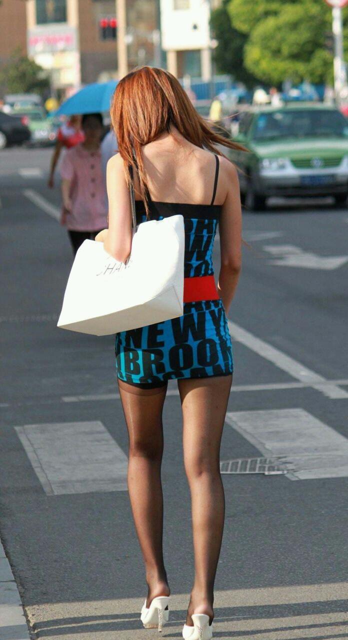 【街撮りエロ画像】自分の彼女が着るのは抵抗あるけど、他の女が過激私服で背中と脚出してるのは無問題www  07