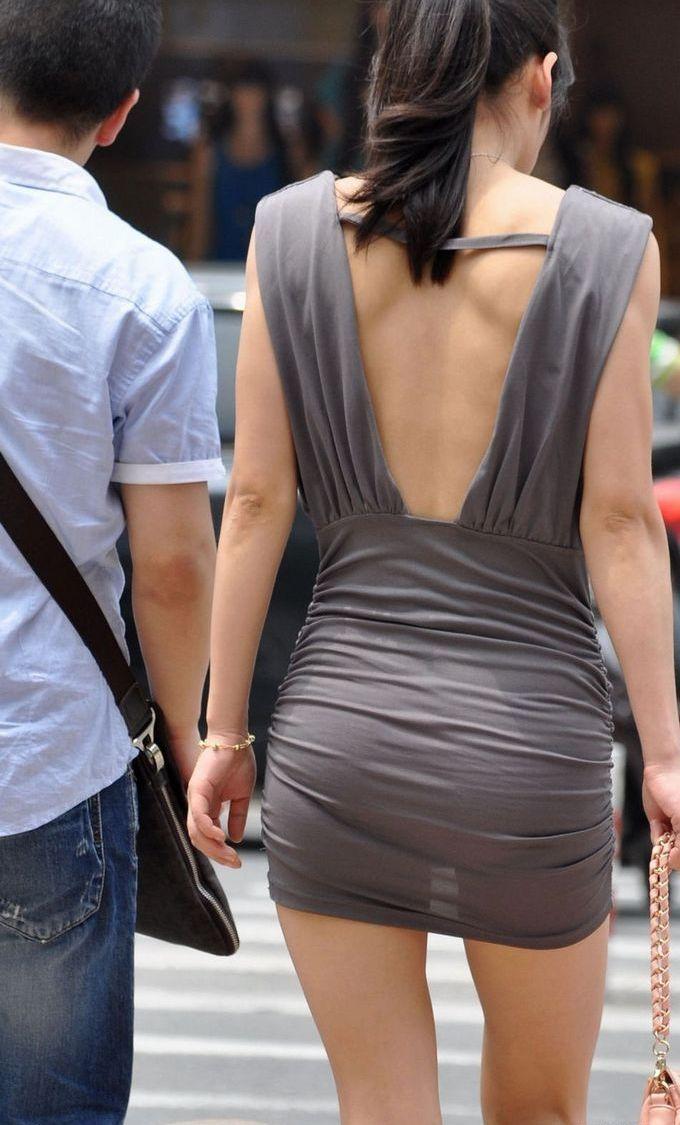 【街撮りエロ画像】自分の彼女が着るのは抵抗あるけど、他の女が過激私服で背中と脚出してるのは無問題www  10