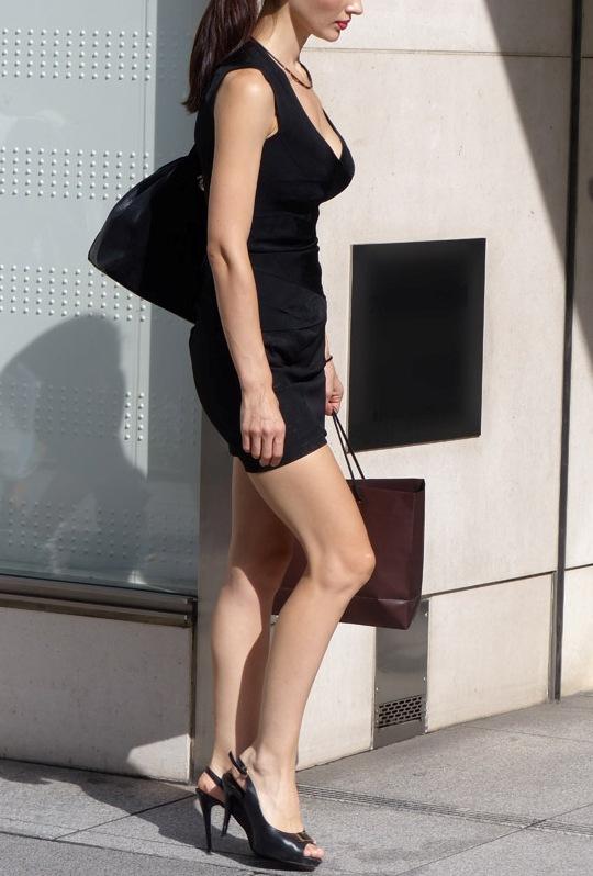 【街撮りエロ画像】自分の彼女が着るのは抵抗あるけど、他の女が過激私服で背中と脚出してるのは無問題www  11
