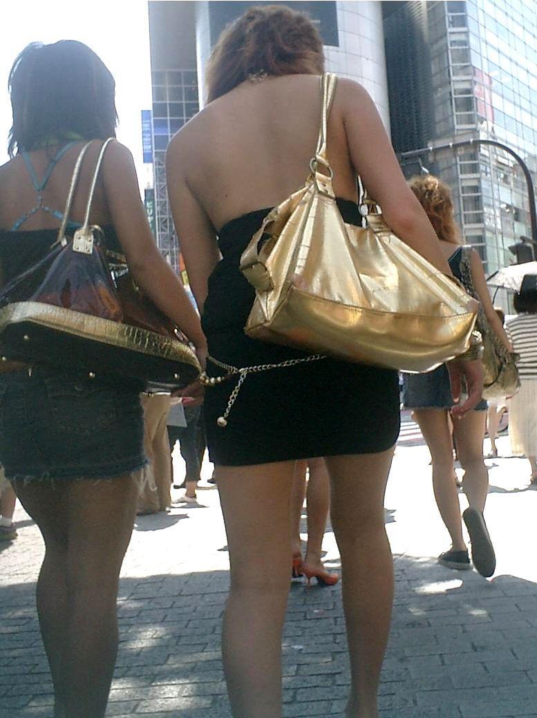 【街撮りエロ画像】自分の彼女が着るのは抵抗あるけど、他の女が過激私服で背中と脚出してるのは無問題www  13