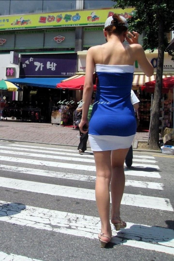 【街撮りエロ画像】自分の彼女が着るのは抵抗あるけど、他の女が過激私服で背中と脚出してるのは無問題www  14