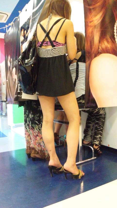 【街撮りエロ画像】自分の彼女が着るのは抵抗あるけど、他の女が過激私服で背中と脚出してるのは無問題www  19