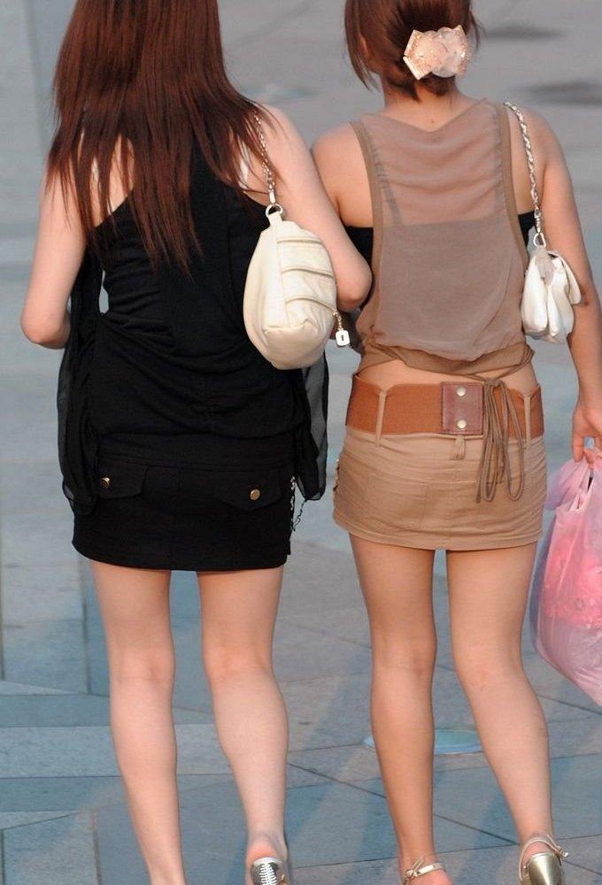 【街撮りエロ画像】自分の彼女が着るのは抵抗あるけど、他の女が過激私服で背中と脚出してるのは無問題www  20