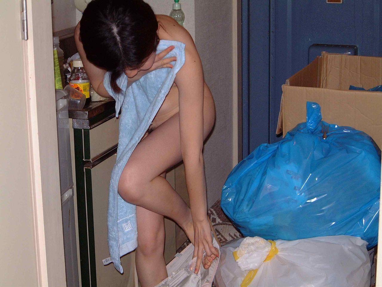 【家庭内エロ画像】家の中でエロい姿を撮影してうpるのイイけど、見苦しい汚部屋は看過できない件www  04