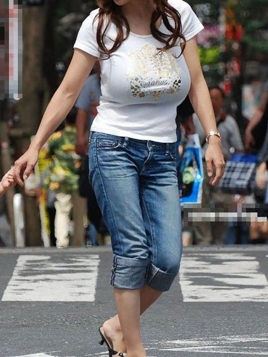 【街撮り着衣巨乳エロ画像】油断してたら勃起して汁も出そうなほど危険レベルの街角の着衣巨乳www  13