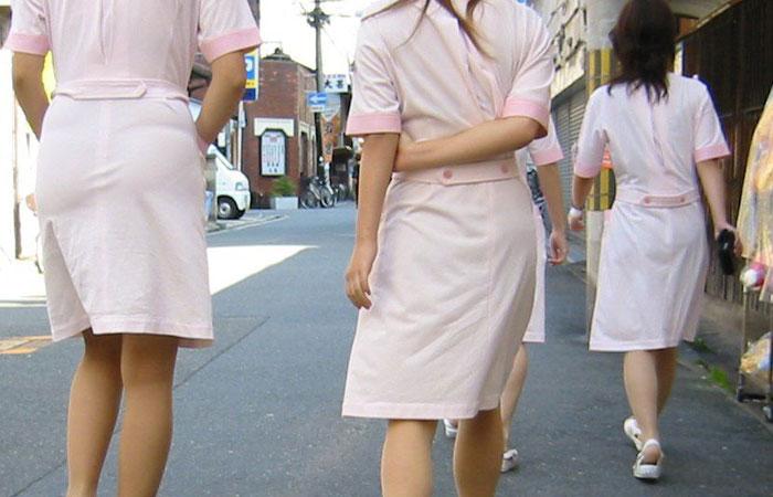 【街撮り働く女性エロ画像】病院の外で制服姿のナースを見た瞬間、何故か灯る期待感www  001