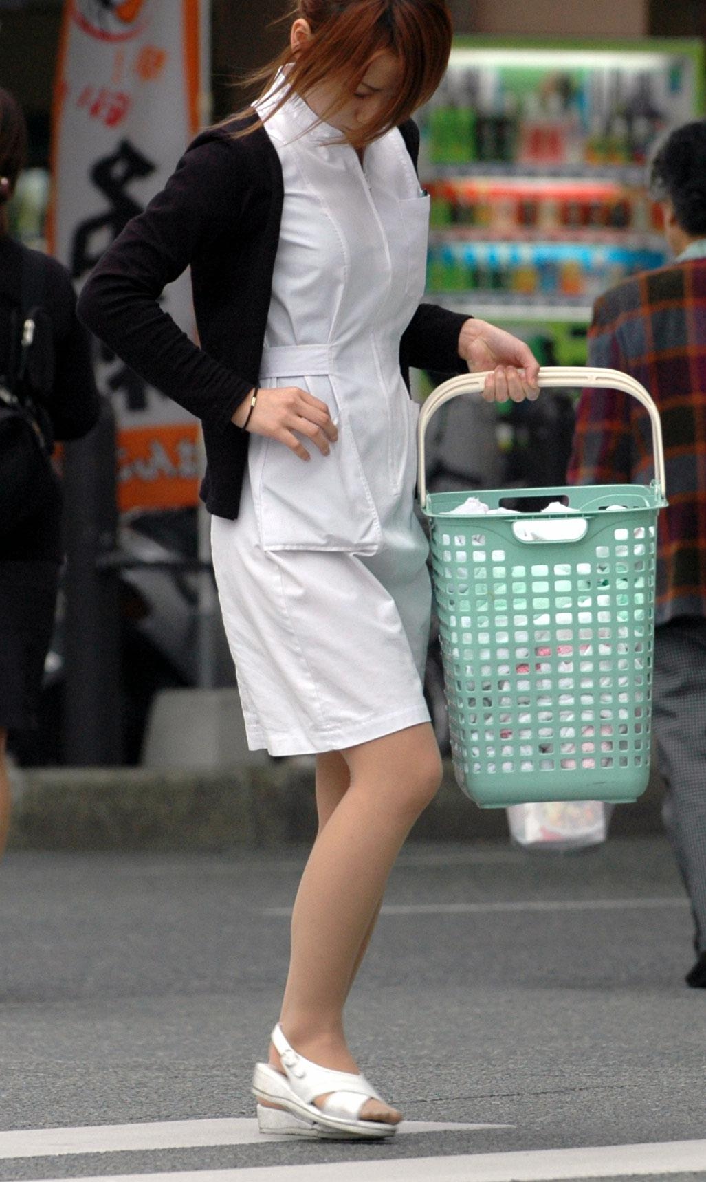 【街撮り働く女性エロ画像】病院の外で制服姿のナースを見た瞬間、何故か灯る期待感www  07