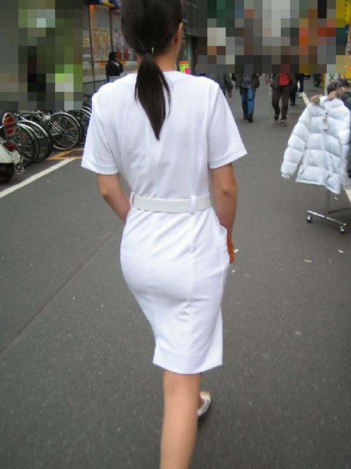 【街撮り働く女性エロ画像】病院の外で制服姿のナースを見た瞬間、何故か灯る期待感www  10
