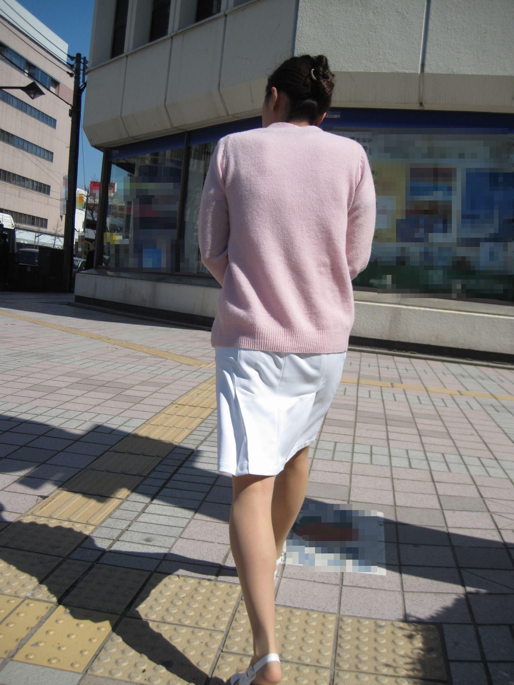 【街撮り働く女性エロ画像】病院の外で制服姿のナースを見た瞬間、何故か灯る期待感www  11