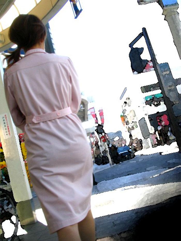 【街撮り働く女性エロ画像】病院の外で制服姿のナースを見た瞬間、何故か灯る期待感www  17