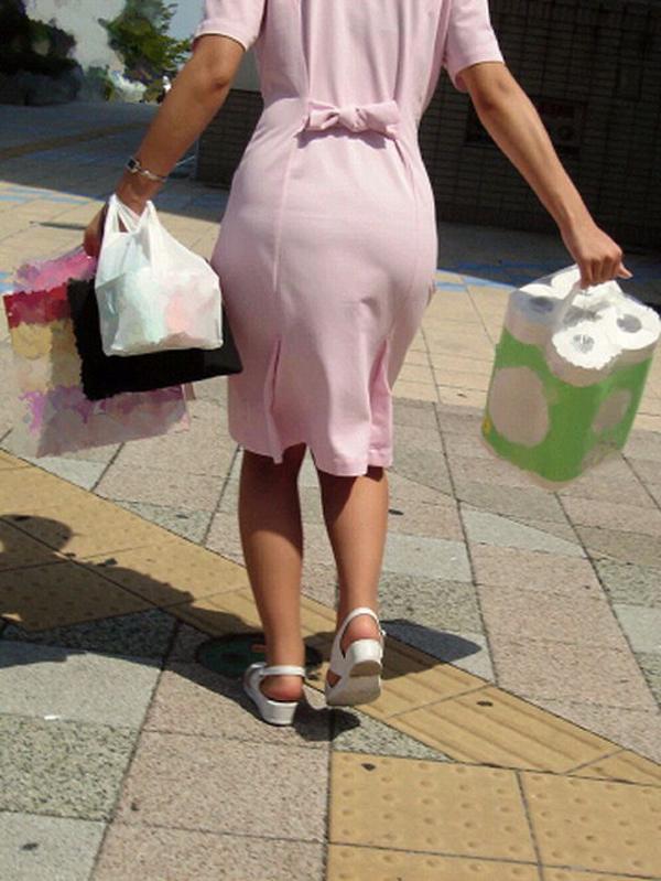 【街撮り働く女性エロ画像】病院の外で制服姿のナースを見た瞬間、何故か灯る期待感www  20