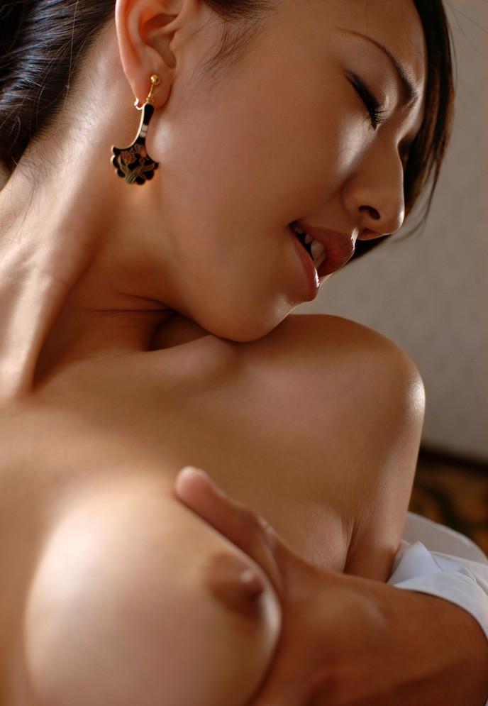【おっぱいエロ画像】自分で巨乳をムギュッとしてる女の子、望み通り挟まれてやるから画面から出てきてwww  03