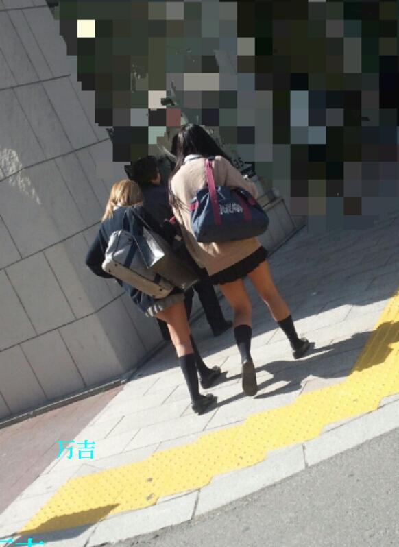 【街撮りJKエロ画像】ミニスカ履いて生脚さえ出していれば大方は満足させてしまいますね、JKであればwww  07