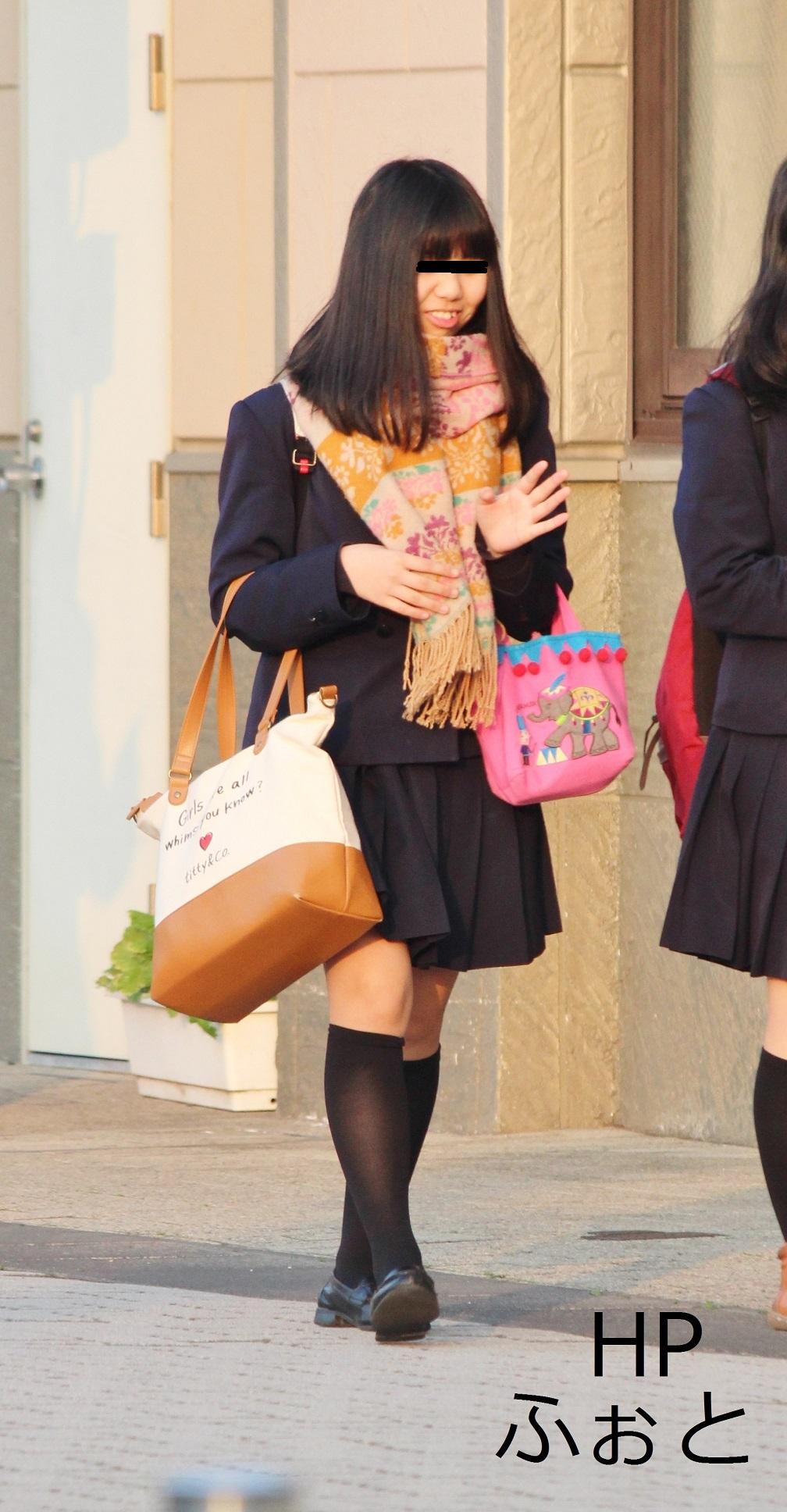 【街撮りJKエロ画像】ミニスカ履いて生脚さえ出していれば大方は満足させてしまいますね、JKであればwww  15