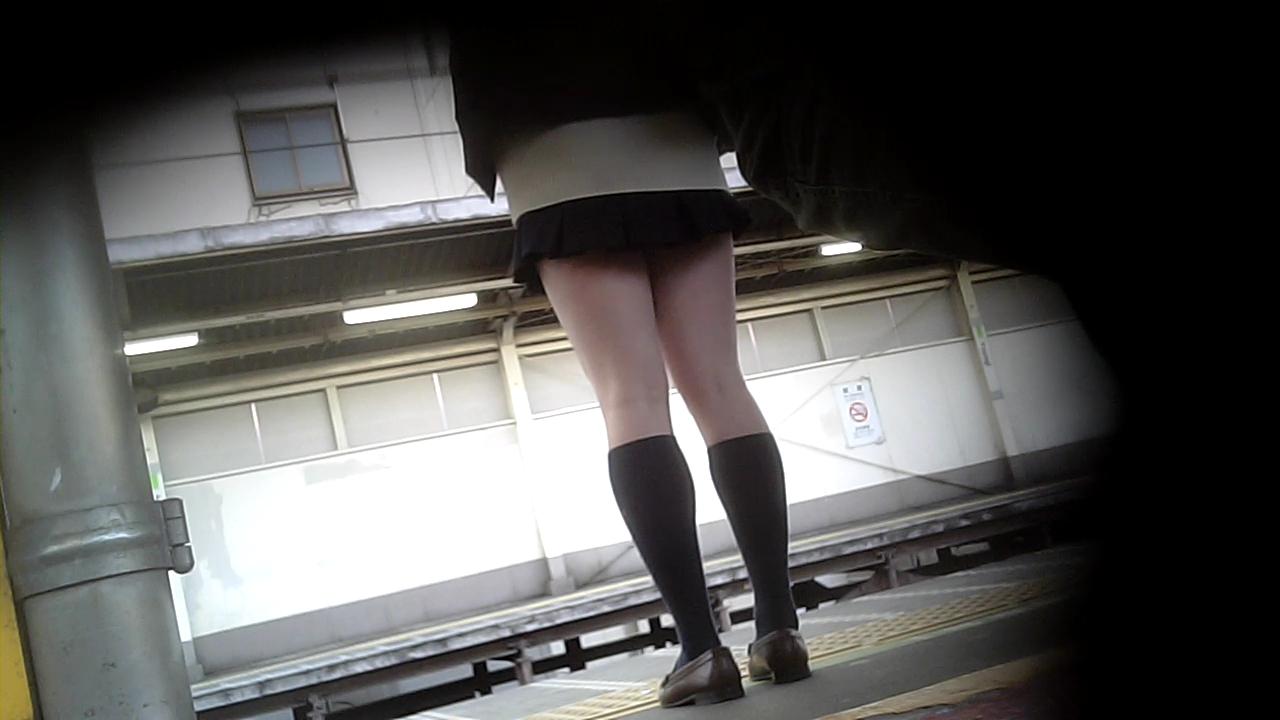 【街撮りJKエロ画像】ミニスカ履いて生脚さえ出していれば大方は満足させてしまいますね、JKであればwww  20