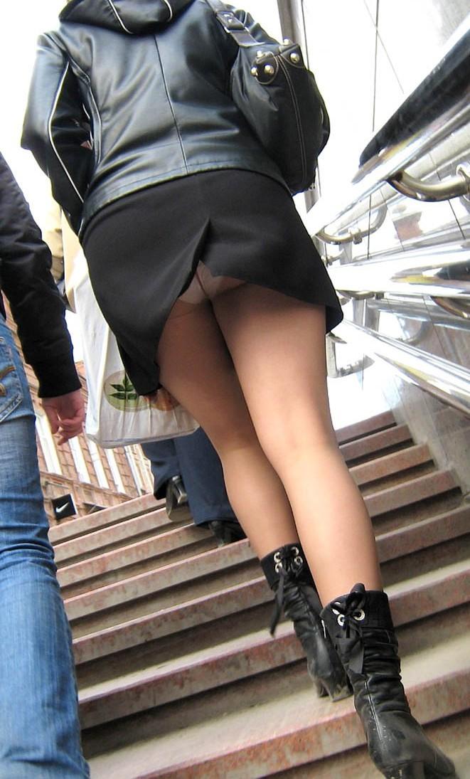 Вид трусов под юбкой в эфире