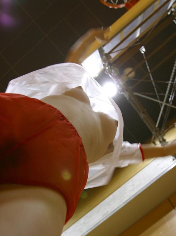 【巨乳エロ画像】目線を下から上にするだけでこの破壊力w上から押しつぶされて本望と言える下乳おっぱいの眺めwww  17