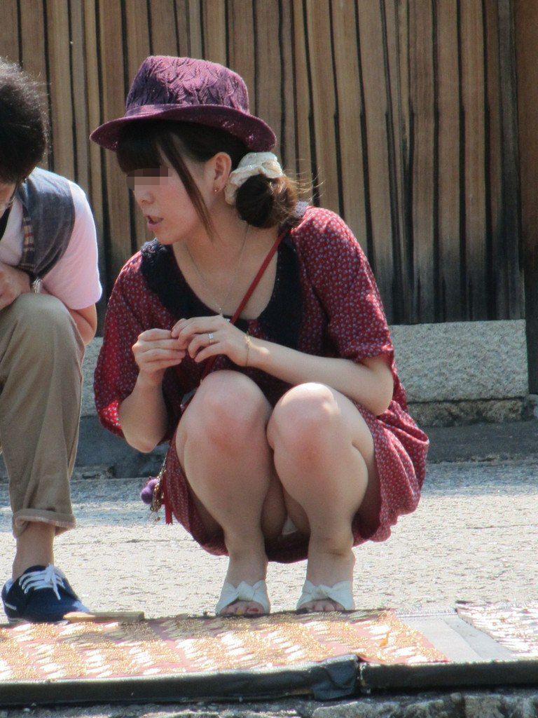 【パンチラエロ画像】ムレた股間の正面が丸見えwそれでいいのかしゃがみ・座りパンチラ女子たちよwww  09