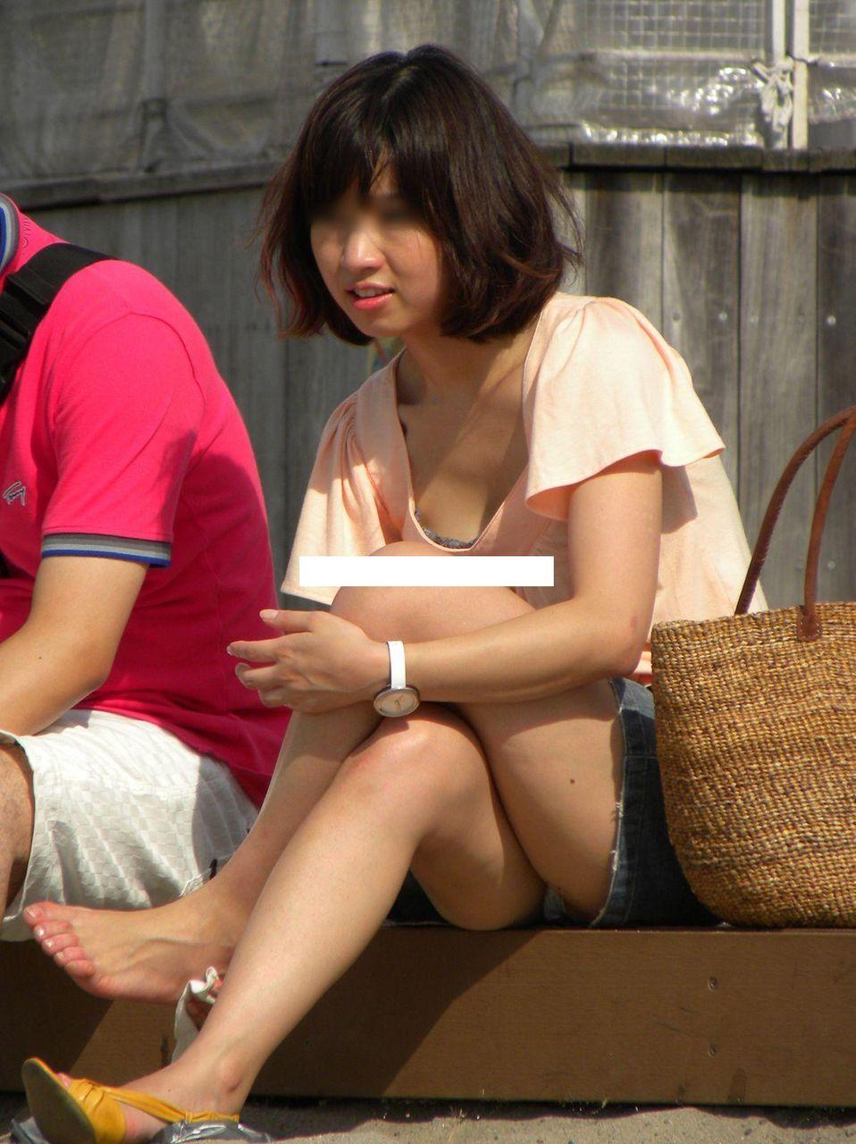 【パンチラエロ画像】ムレた股間の正面が丸見えwそれでいいのかしゃがみ・座りパンチラ女子たちよwww  13