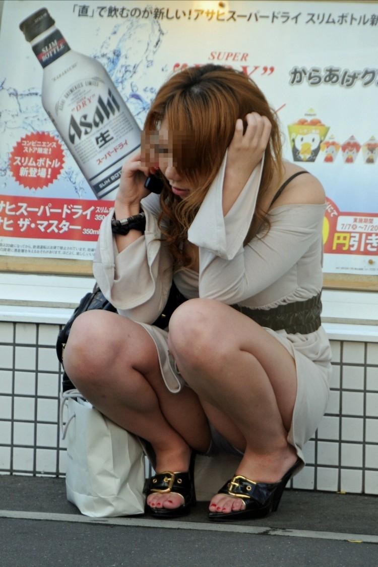 【パンチラエロ画像】ムレた股間の正面が丸見えwそれでいいのかしゃがみ・座りパンチラ女子たちよwww  16