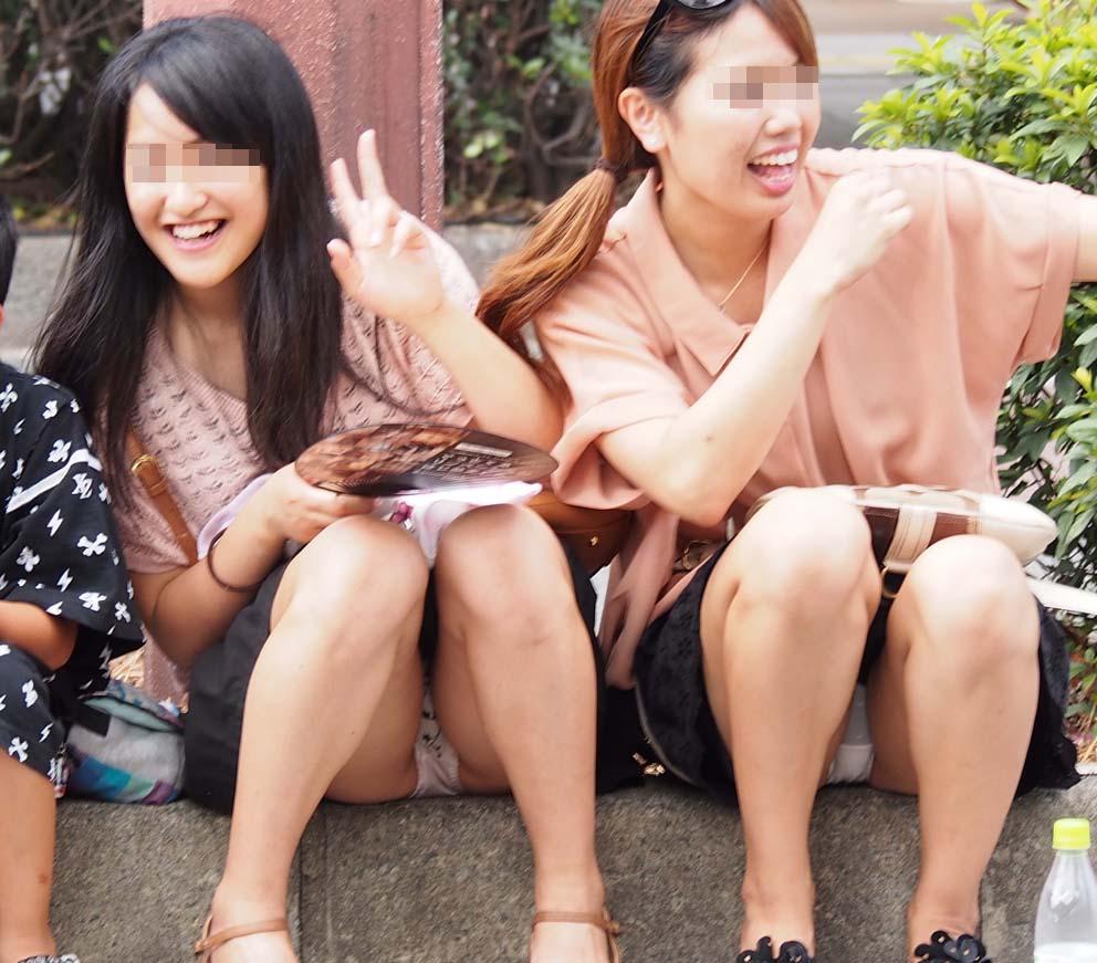 【パンチラエロ画像】ムレた股間の正面が丸見えwそれでいいのかしゃがみ・座りパンチラ女子たちよwww  18