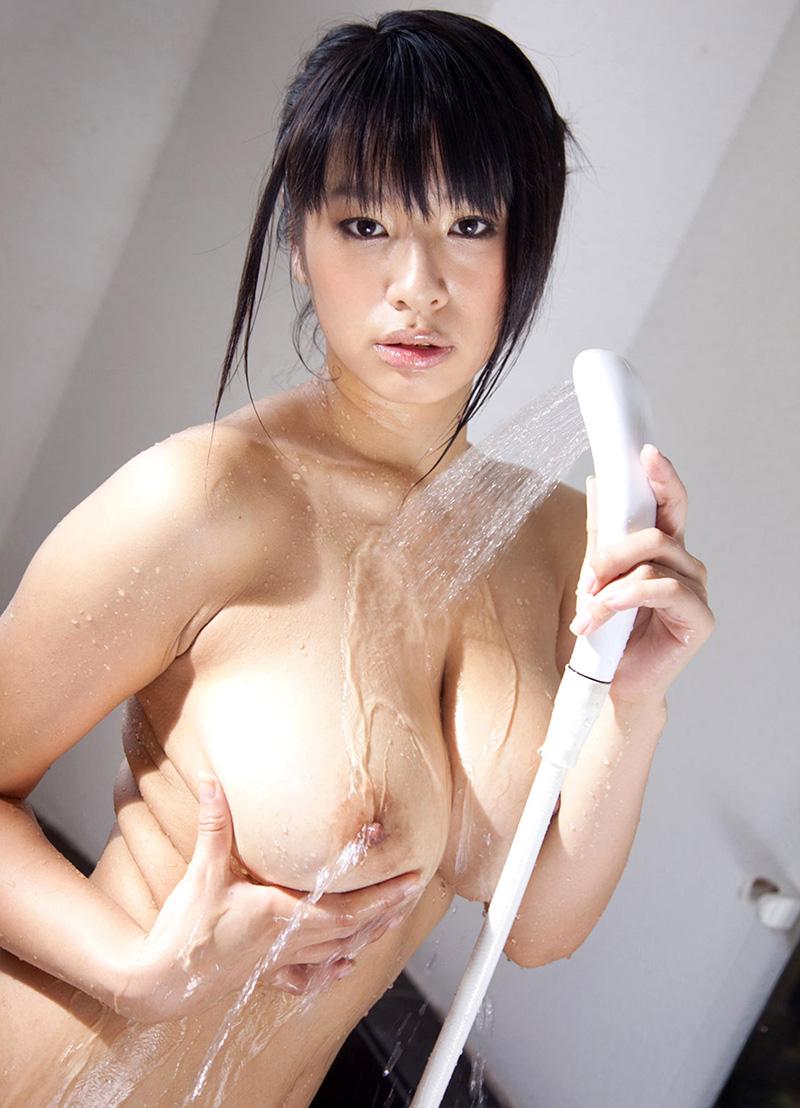 【入浴エロ画像】シャワー浴びている巨乳おっぱい画像 本音は別のモンぶっかけたいですwww  05