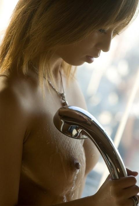 【入浴エロ画像】シャワー浴びている巨乳おっぱい画像 本音は別のモンぶっかけたいですwww  09