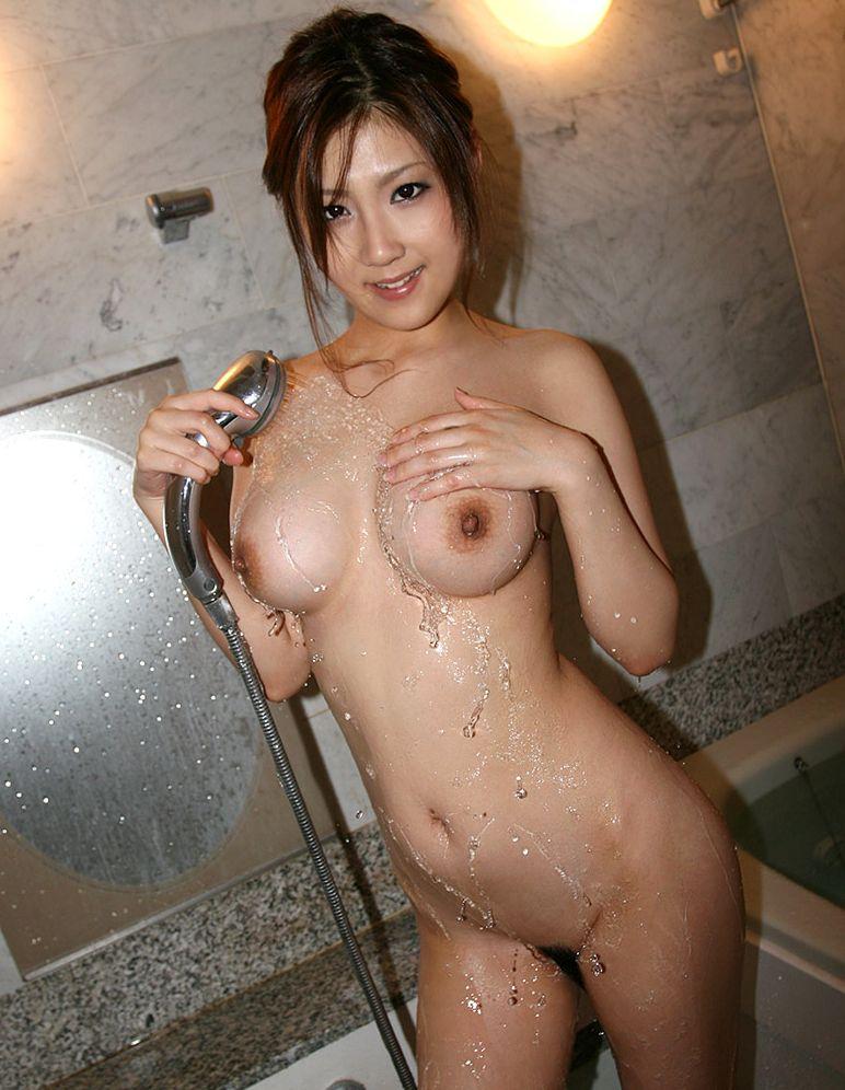 【入浴エロ画像】シャワー浴びている巨乳おっぱい画像 本音は別のモンぶっかけたいですwww  12