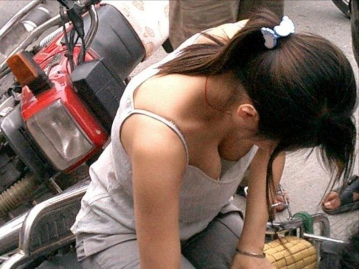 【胸チラエロ画像】そんなに見せるなら使わせてその谷間www優しく包まれて眠りたい街角胸チラ画像  10