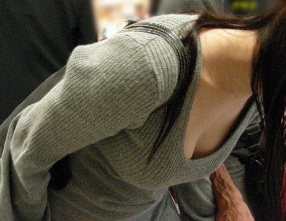 【胸チラエロ画像】そんなに見せるなら使わせてその谷間www優しく包まれて眠りたい街角胸チラ画像  19