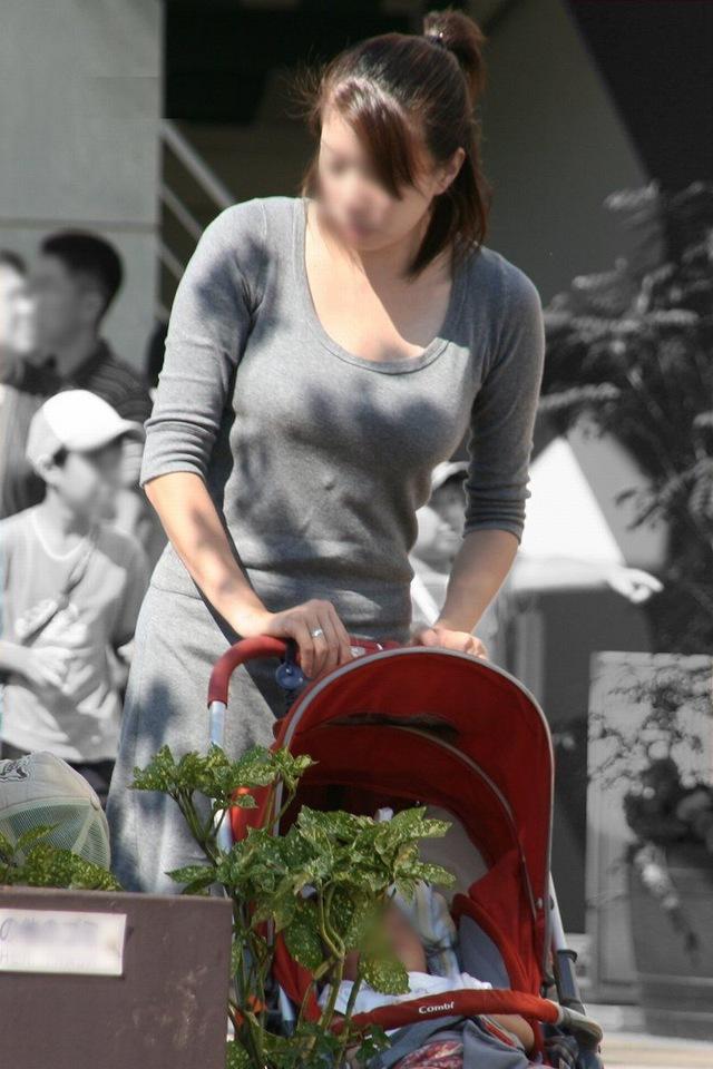 【ママチラエロ画像】ベビーカー押してるママさん達が隙だらけでチラ見えゲットし放題な件www  06