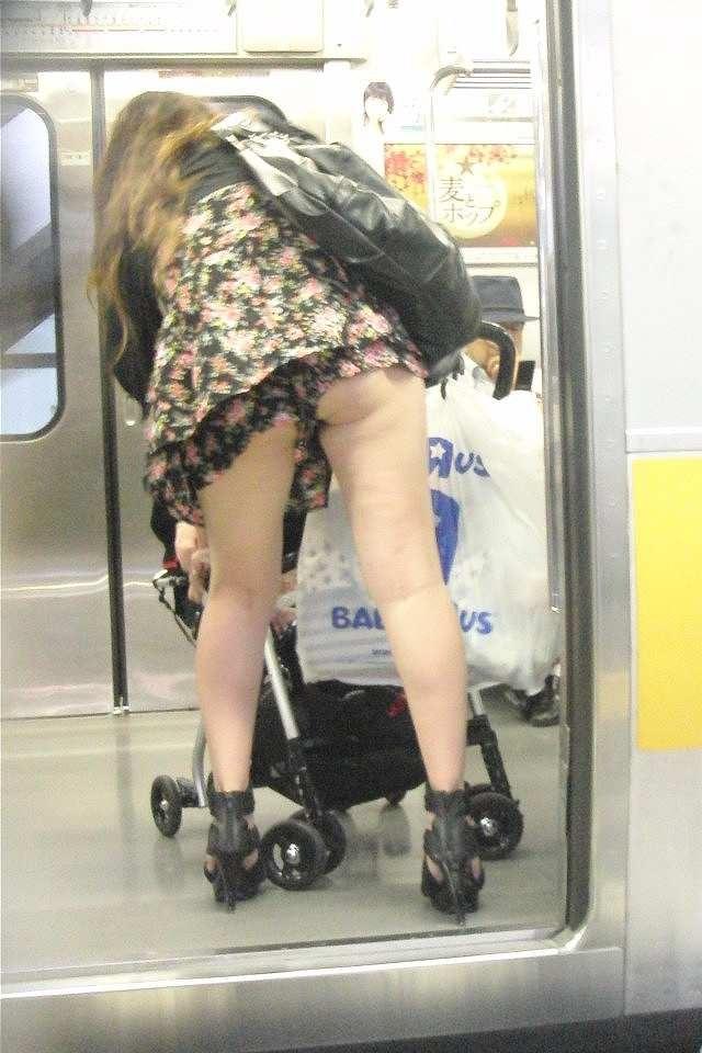 【ママチラエロ画像】ベビーカー押してるママさん達が隙だらけでチラ見えゲットし放題な件www  07