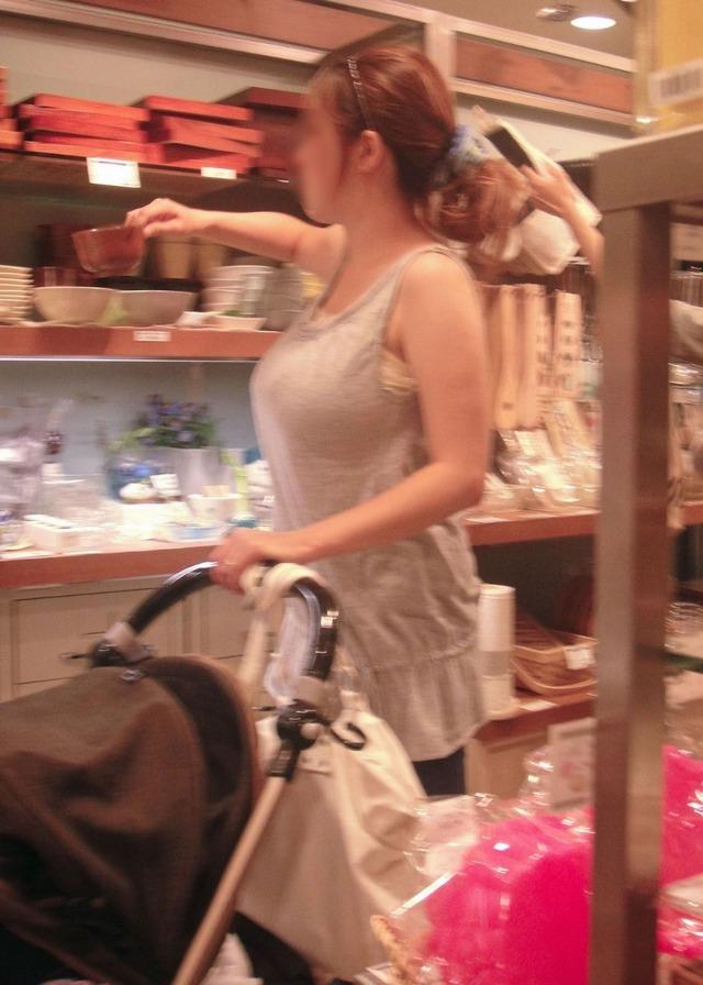 【ママチラエロ画像】ベビーカー押してるママさん達が隙だらけでチラ見えゲットし放題な件www  08