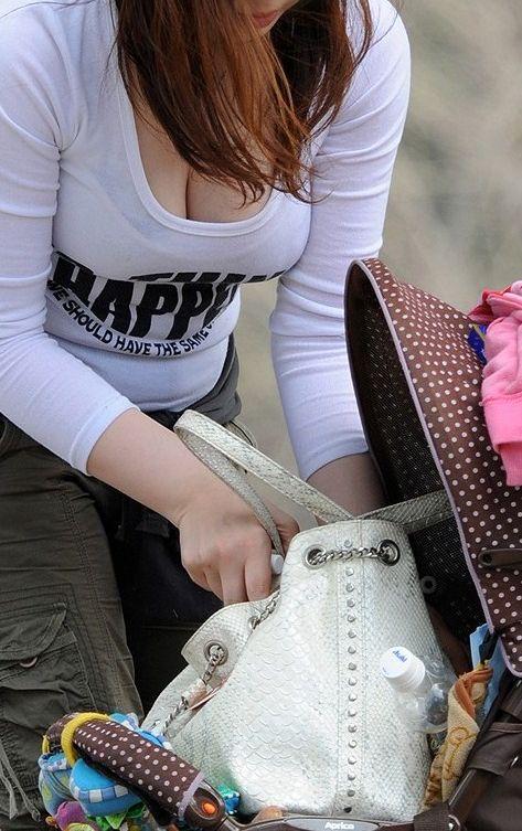 【ママチラエロ画像】ベビーカー押してるママさん達が隙だらけでチラ見えゲットし放題な件www  09